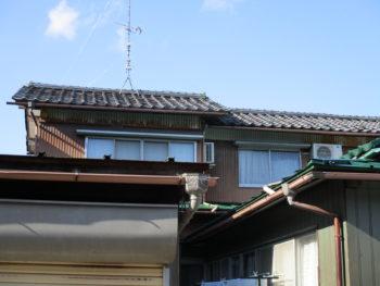 瓦屋根葺き替え前のお写真です。場所はあわら市
