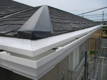 お客様のご要望を取り入れ破風板と軒先をガルバリウム鋼板で包み。樋のカラーと合わせました。